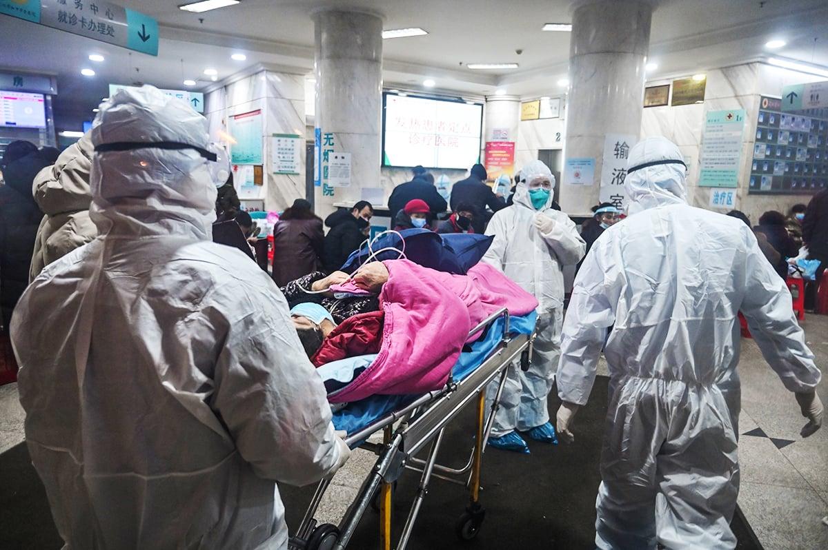 從封城到甩鍋,在中共病毒瘟疫流行期間,中共除了撒謊還是撒謊,不僅對國內撒謊,也對國外撒謊。圖為2020年疫情爆發時武漢一所醫院。(HECTOR RETAMAL/AFP via Getty Images)