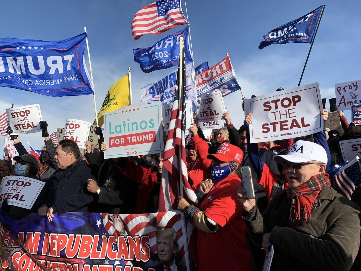 11月8日,大批選民聚集在內華達州克拉克縣(Clark County)的競選總部前,抗議選舉舞弊。(姜琳達/大紀元)