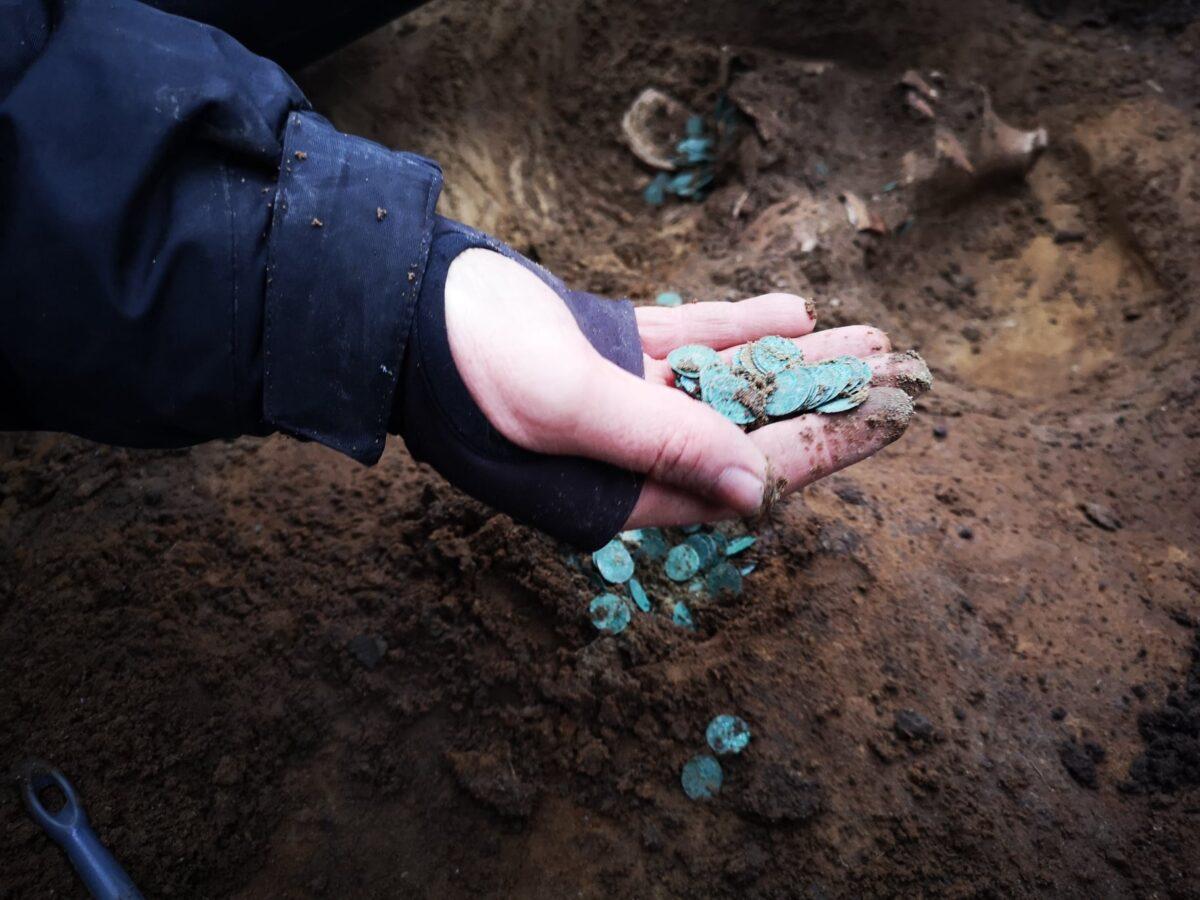 考古學家近期在匈牙利中部一村莊附近的田地裏進行考古發掘時,意外發現了數千枚中世紀硬幣。(費倫齊博物館中心提供)