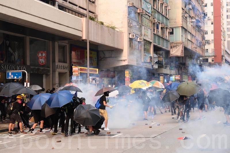 2019年9月29日,「全球連線-共抗極權」遊行活動。圖為香港警方向民眾施放催淚彈。(宋碧龍/大紀元)