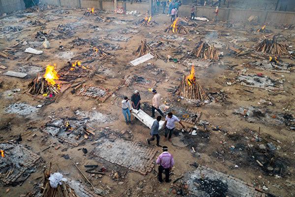 印度醫療系統瀕臨崩潰,導致重症、死亡人數激增。圖為新德里火葬場景象。(JEWEL SAMAD/AFP via Getty Images)