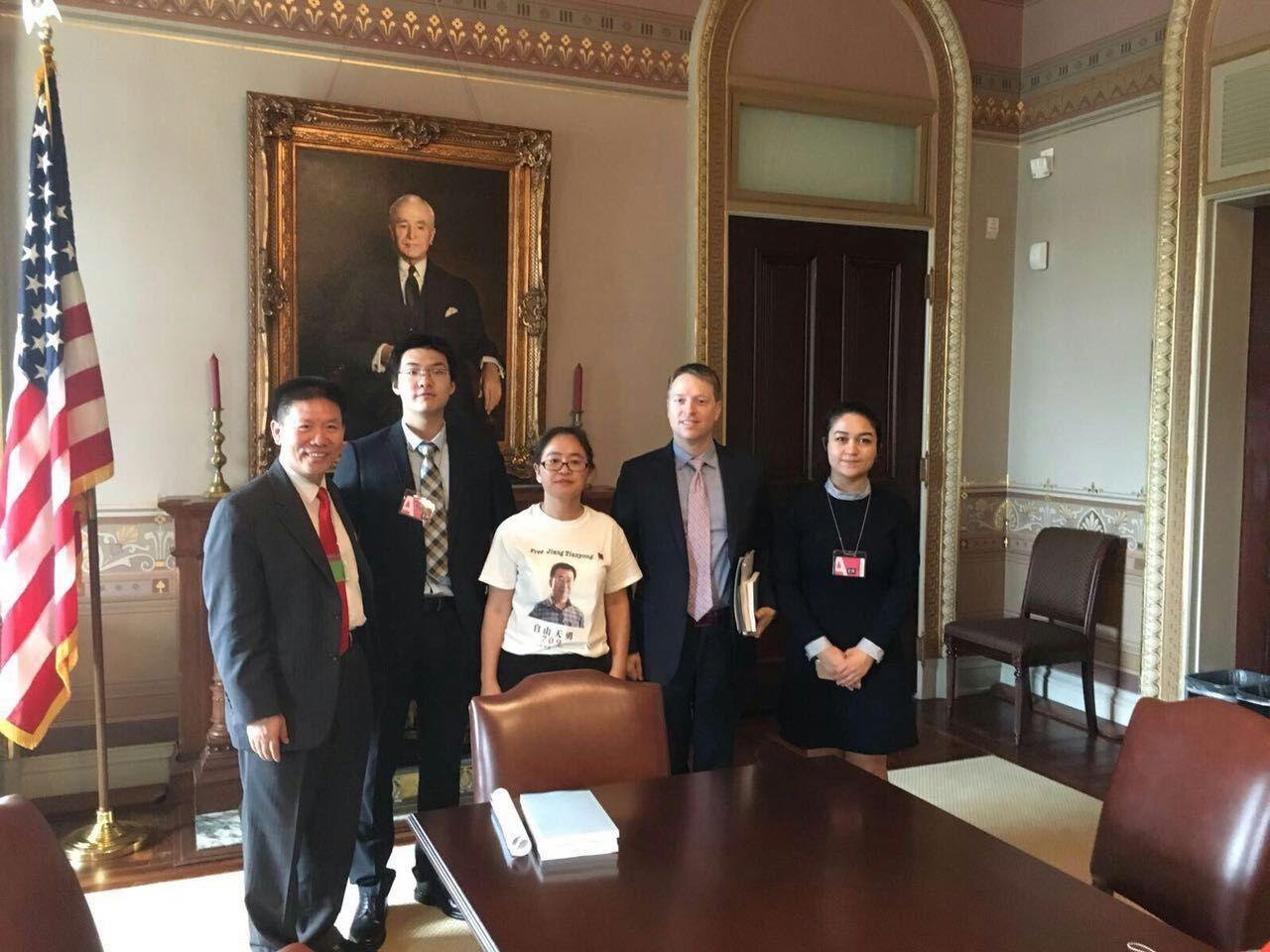 大陸人權律師江天勇遭中共迫害被判刑2年,將於2月28日刑滿釋放,家人呼籲國際社會給予關注。圖為江妻金變玲在美國白宮與白宮官員合照。(受訪者提供)