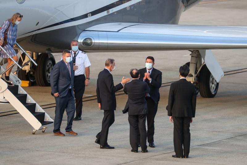 美國國務院次卿克拉奇(Keith Krach)(後右)9月17日搭乘專機抵台,美國在台協會(AIT)處長酈英傑(前右3)等人親自接機,克拉奇向眾人拱手致意。(中央社)