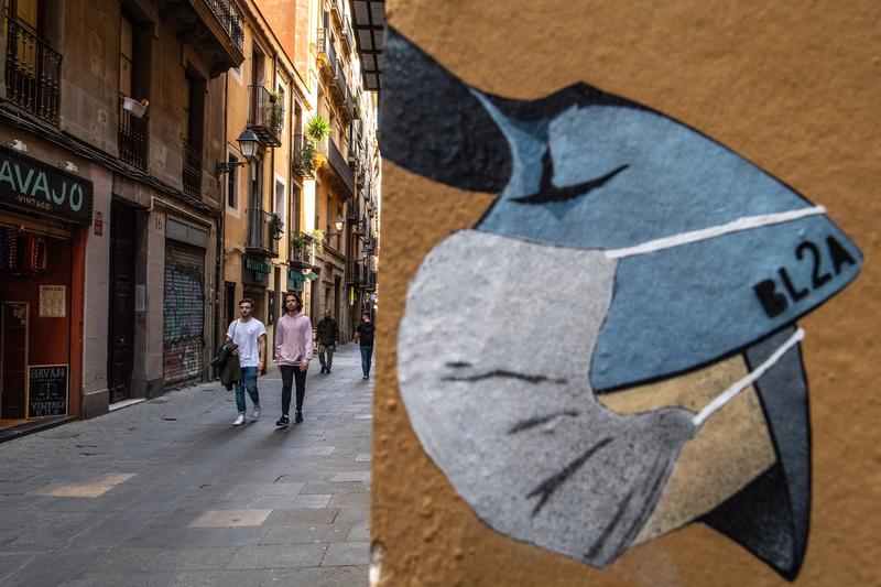 2020年3月12日,西班牙巴塞羅那一幅呼籲民眾戴口罩防範中共肺炎疫情的街頭宣傳畫。(David Ramos/Getty Images)