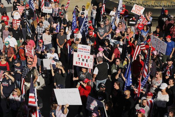 11月7日,數以百計的特朗普支持者聚集在賓州首府哈里斯堡(Harrisburg),對主流媒體宣佈拜登贏得該州表達憤怒。他們指稱,計票過程中存在廣泛的欺詐行為。(Spencer Platt/Getty Images)