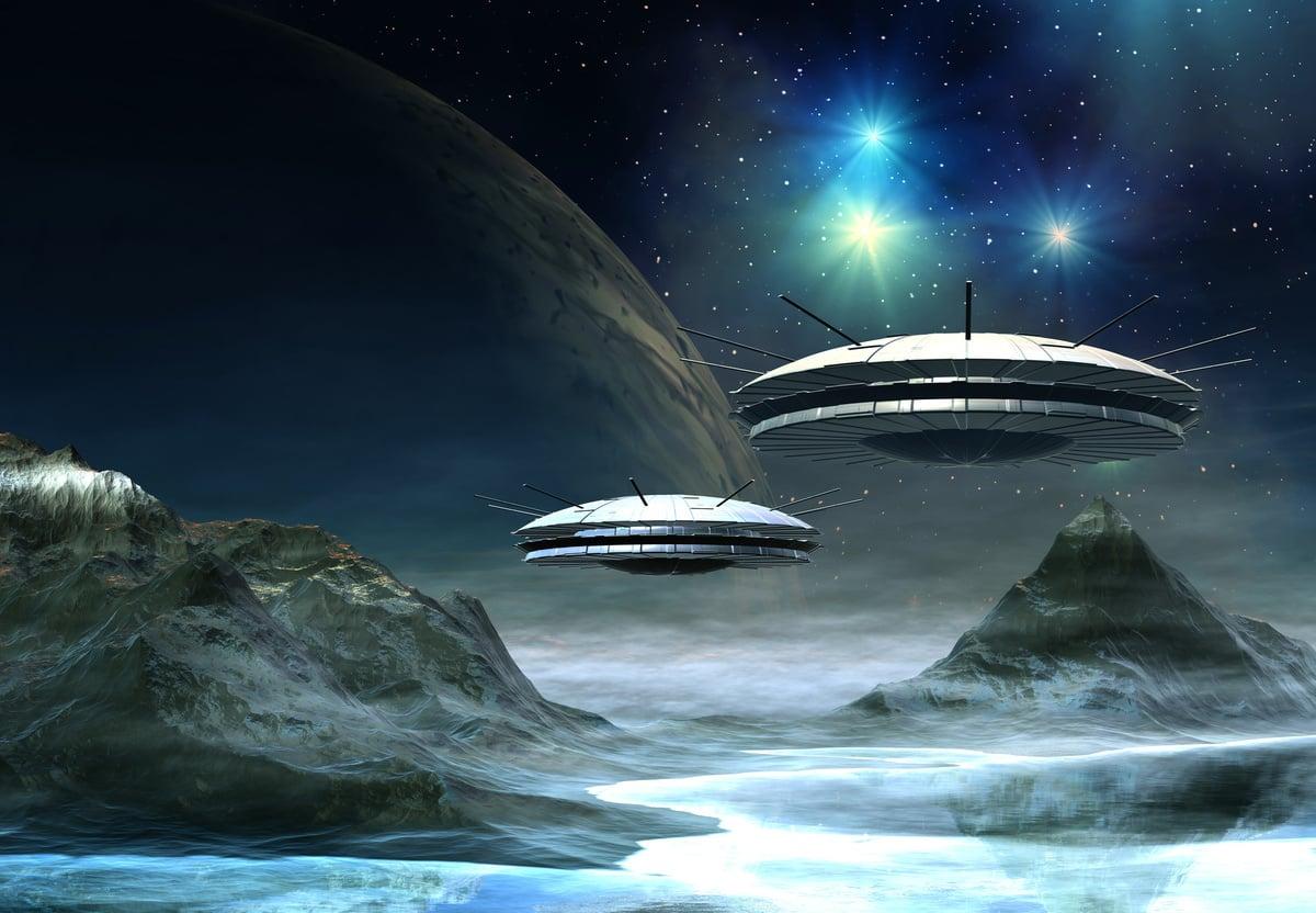 長期以來,世界各地時不時傳出各類不解的UFO事件。根據五角大樓已經公開的資料,美國海軍飛行員2004年遇到過「井字形」UFO;2014年這見證過「球內立方體」樣的UFO。其他人還見過神秘黑色三角形的飛碟,等等不一而足。圖為UFO的示意圖。(Fotolia)