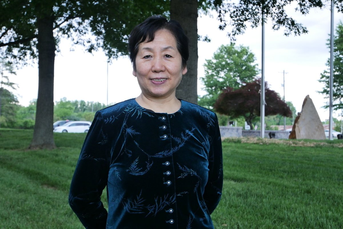5月11日,王春彥在維珍尼亞州加羅林縣(Caroline County)委員會建築外。(李辰/大紀元)