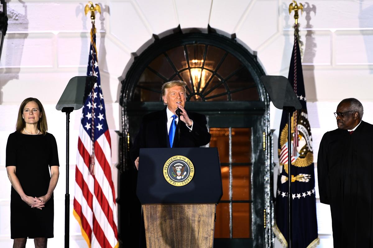 白宮在10月26日晚上舉行巴雷特大法官宣誓儀式,特朗普總統出席。(Photo by Brendan Smialowski / AFP)
