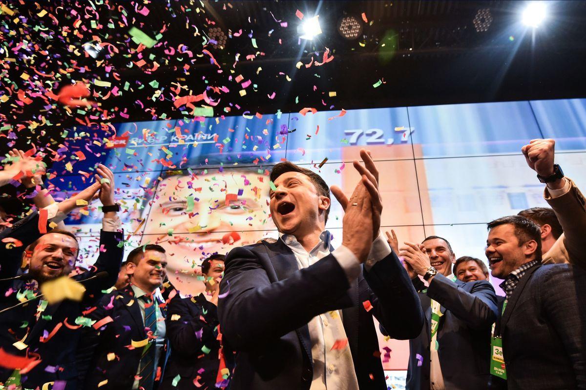 烏克蘭4月21日舉行總統大選的決選。出口民調顯示,喜劇演員、政治素人弗拉基米爾·澤連斯基(Volodymyr Zelensky)輕鬆贏得足夠的選票,成為烏克蘭下一任總統。圖為澤連斯基在首批出口民調結果出來後的喜悅之情。 GENYA SAVILOV/AFP/Getty Images)