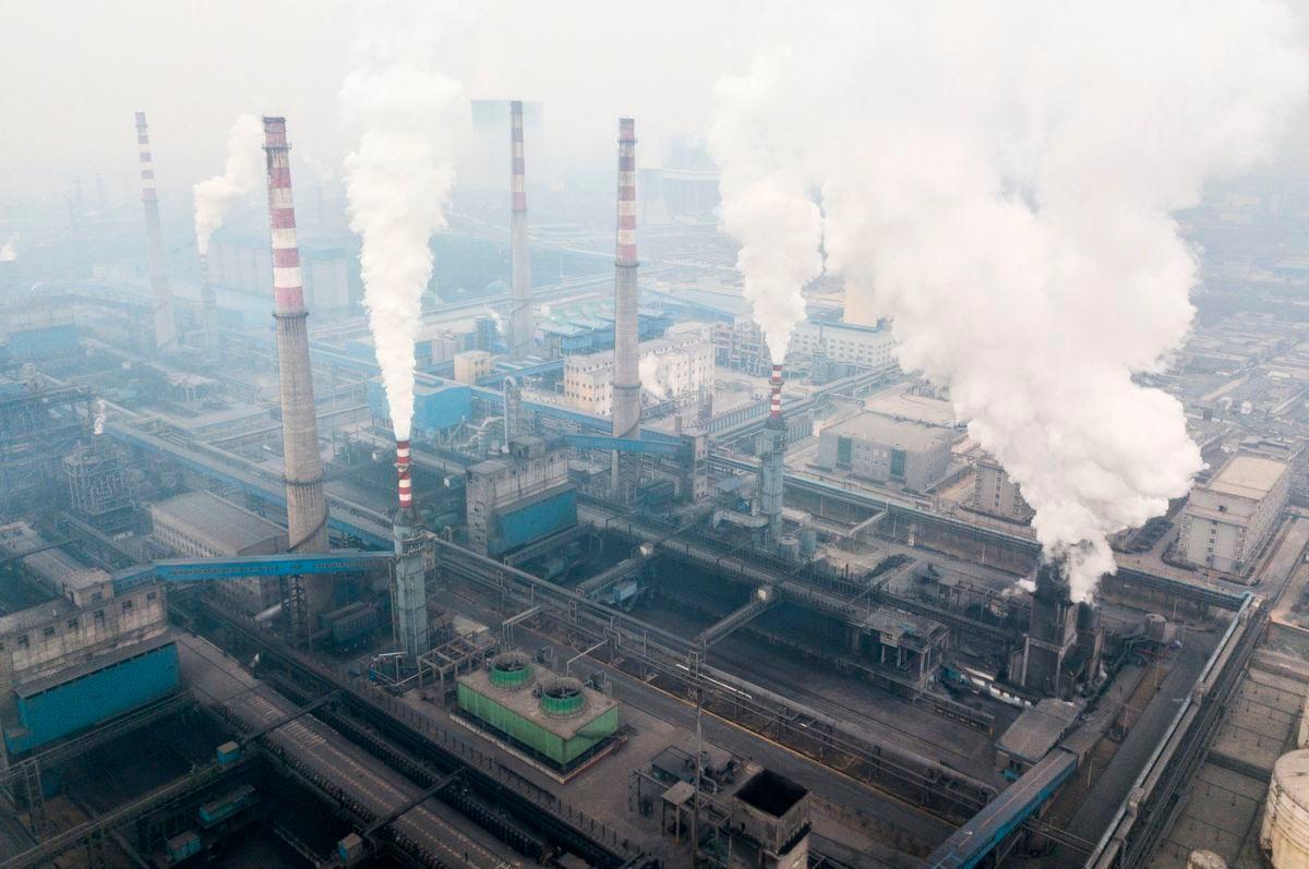 圖為2018年2月17日,陝西省韓城市鋼鐵廠的煙囪正在排放污染廢氣。(FRED DUFOUR/AFP via Getty Images)
