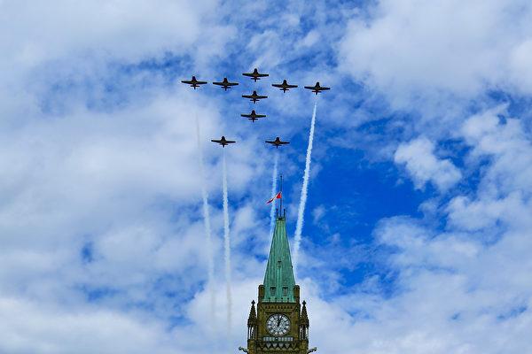 加拿大「雪鳥」特技飛行表演是國慶的傳統節目。(任僑生/大紀元)