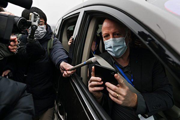 2021年2月3日,世界衛生組織調查中共病毒起源小組成員彼得·達扎克(Peter Daszak)抵達中國湖北省武漢市的武漢病毒研究所後,向媒體發表講話。(Hector Retamal/AFP via Getty Images)