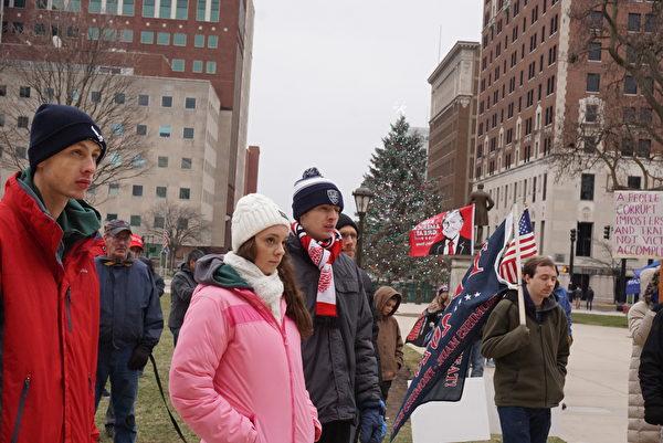 2020年12月19日,特朗普總統支持者來到美國密歇根州首府蘭辛(Lansing)市抗議選舉舞弊。呼籲司法機構徹查選舉舞弊,及參眾兩院在明年1月6日國會聯席會議上質疑有爭議州的選舉結果。(林慧心/大紀元)