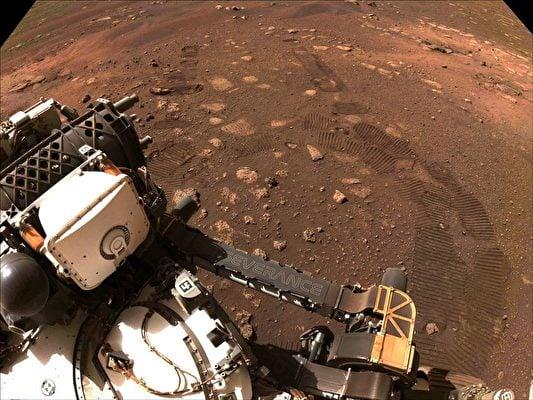 兩個月前,「毅力號」在「傑澤羅隕石坑」(Jezero Crater)首次試駕。這輛重達一噸的漫遊車(探測器)攜帶先進儀器,以收集火星地質、大氣和環境條件相關信息。(NASA/JPL-CALTECH)