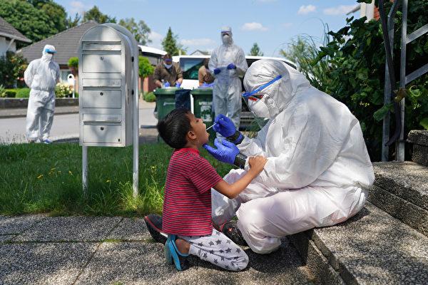德國最大屠宰場Tönnies發生的群聚感染後,其所在地居特斯洛(Gutersloh)地區再度進入封鎖狀態,時間暫定為一周。圖為檢疫人員為當地居民做檢測。(Sean Gallup/Getty Images)