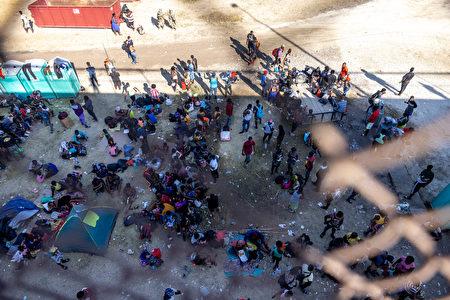 2021年9月17日,美墨之間的國際大橋下,主要來自海地的移民聚集在臨時營地中。這個臨時營地發展迅速,當地警方推估,可能已有13,700人。 (Jordan Vonderhaar/Getty Images)