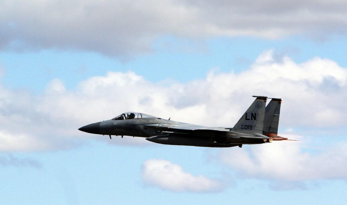 網上影片顯示,俄軍Su-27戰機危險逼近美軍F-15戰機,畫面驚險。圖為2014年4月16日,美軍部署在北約的一架F-15C戰機在立陶宛附近飛行。(PETRAS MALUKAS/AFP/Getty Images)