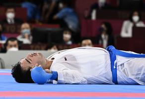 東奧2020|伊朗空手道選手被踢倒在地 卻「躺著拿金牌」