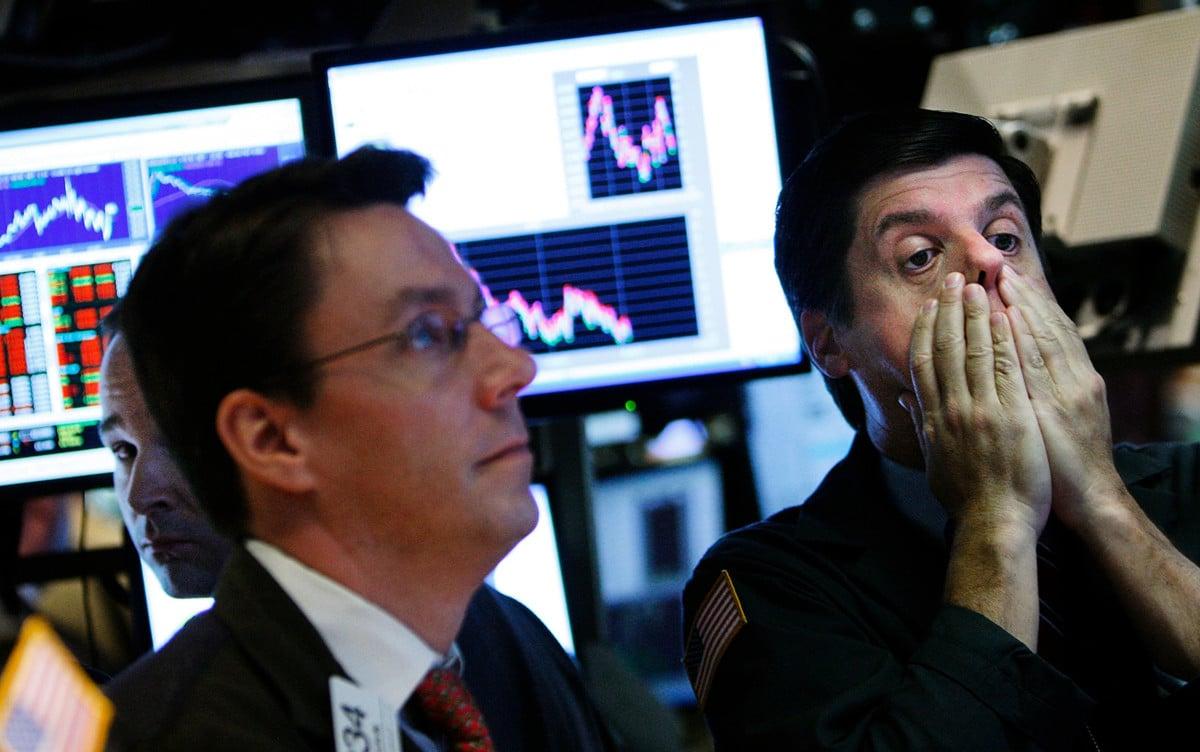 由於投資者擔心中共病毒帶來的經濟衝擊,周一(3月9日),國際油價暴跌三成,美股開盤慘跌,啟動「熔斷機制」。 (Photo by Mario Tama/Getty Images)