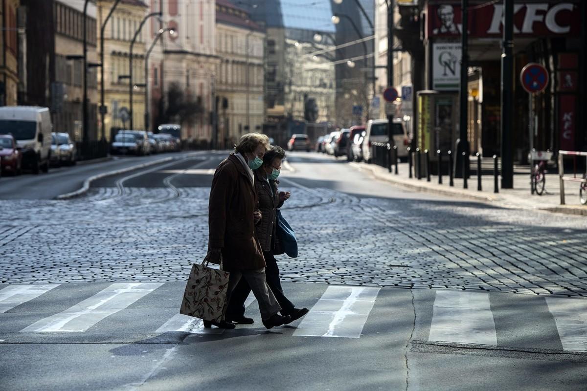 中共病毒在全球肆虐,病毒專家分析其六大特點。(MICHAL CIZEK/AFP via Getty Images)