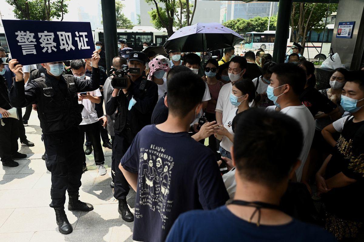 恒大財富金融商品違約,受害人急求兌付遭拒。2021年9月16日,受害人在恒大深圳總部大樓前維權。(NOEL CELIS/AFP via Getty Images)