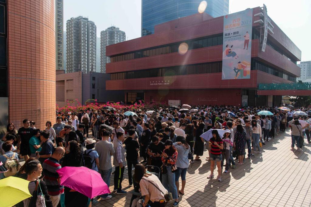 第6屆香港區議會議員選舉落下帷幕,全港410多萬選民中有超過290萬人投票,投票率高達71.2%,創下歷史紀錄。評論表示,香港市民已用選票表達了真正的民意,中共企圖用暴徒抹黑香港民眾、洗腦海內外華人的宣傳面臨破產。圖為很多票站大排長龍。(Billy H.C. Kwok/Getty Images)