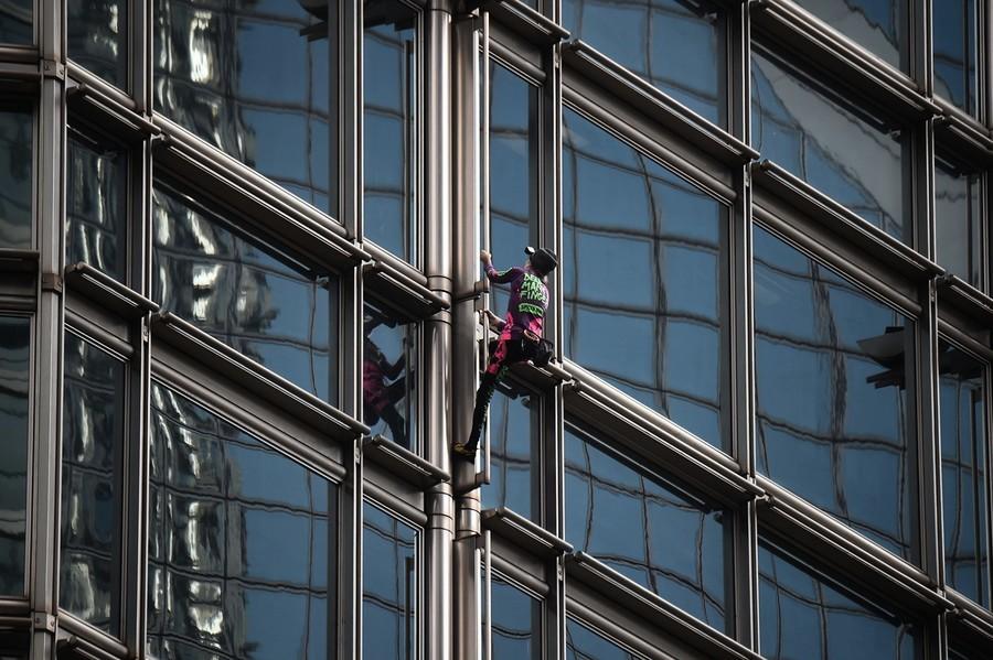 法「蜘蛛人」爬香港大樓 懸掛橫幅祈求和平