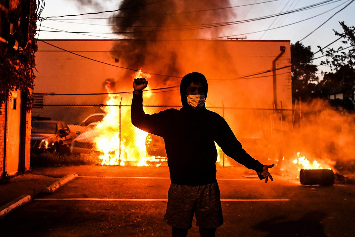 2020年5月29日,明尼蘇達州明尼阿波利斯的暴力抗議活動。(CHANDAN KHANNA/AFP)
