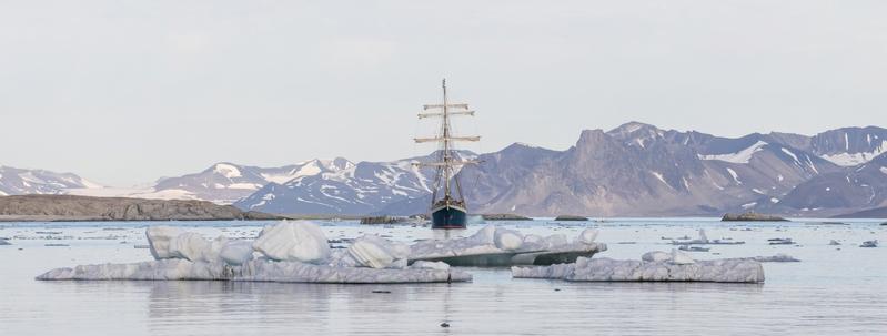 全景圖片,遊艇在北極峽灣。(fotolia)