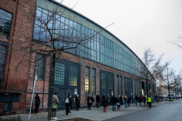 2021年1月5日,德國柏林,民眾在柏林體育館(Treptow Arena Berlin)疫苗接種中心外排隊。(Maja Hitij/Getty Images)