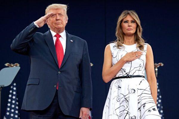 今年獨立日,特朗普總統和第一夫人梅拉尼亞參加在拉什莫爾國家公園舉行的慶祝活動。在演奏國歌時,總統和第一夫人行禮以示尊敬。(Saul Loeb/AFP via Getty Images)