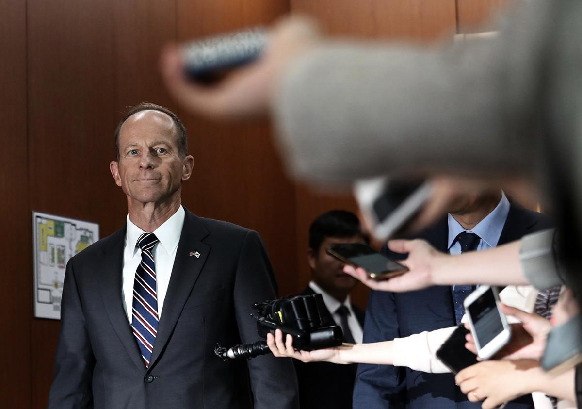 美國國務院東亞和太平洋事務助理國務卿戴維‧史迪威(David Stilwell)說,他對香港的局勢「非常關切」,中共軍隊出現在香港街道上。(AHN YOUNG-JOON/AFP via Getty Images)