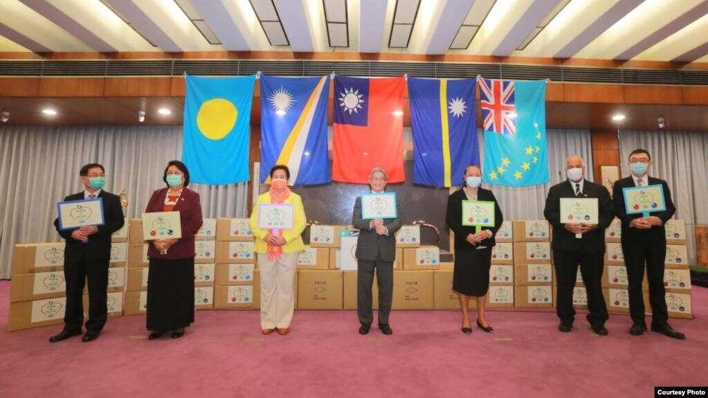 中華民國外交部官員與馬紹爾群島、帕勞、圖瓦盧及瑙魯駐台大使2020年4月15日在台灣捐贈太平洋島國醫療物資儀式上合照(中華民國外交部網站)