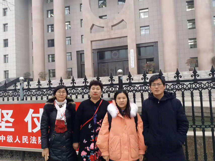 近期,大陸維權律師藺其磊發文指北京司法部門刁難、打壓其所在的律師事務所。圖為2019年12月23日,余文生律師妻子許艷(右二)與王宇(左一)、藺其磊律師(右一)及兩名公民到達江蘇省徐州市,向省高院提出控訴,要求立即無條件釋放余文生律師。(許艷提供)