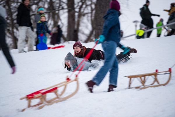 2021年2月8日,德國哈勒(Halle),民眾正在滑雪。(Jens Schlueter/Getty Images)