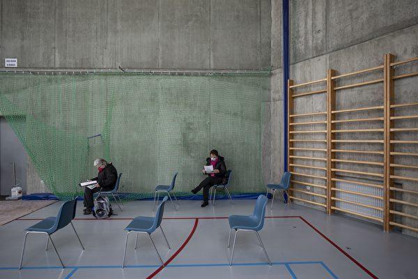 捷克是新冠疫情重災區,且匱乏疫苗。圖為2021年3月18日捷克的一個疫苗接種中心,寥寥數人在等候注射。(Gabriel Kuchta/Getty Images)