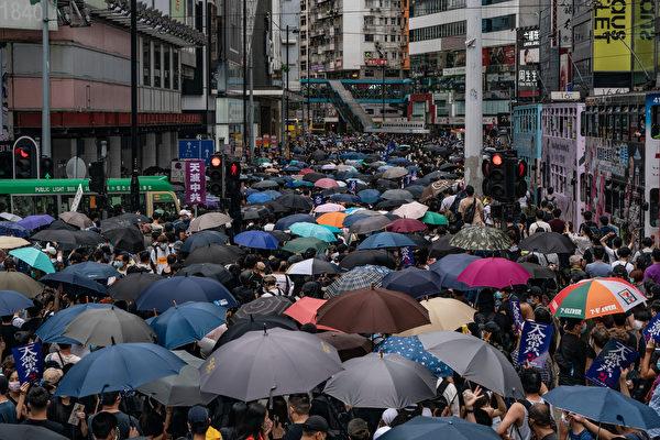 香港民眾上街抗議中共強推港版國安法的情形。(Anthony Kwan/Getty Images)