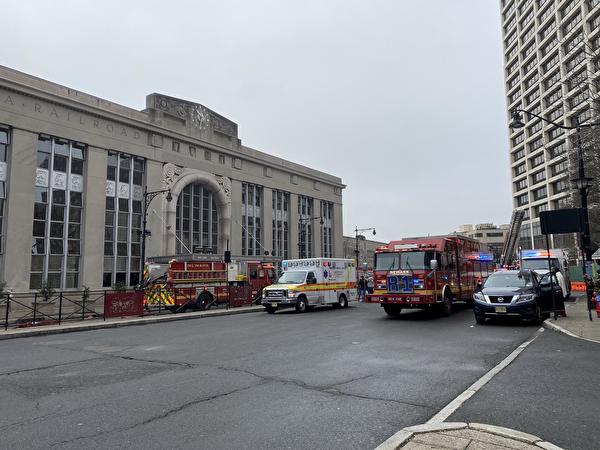 2021年3月25日早晨,紐瓦克火車站發生了兩次火災,造成新澤西捷運(NJ Transit)及PATH的巴士、輕軌和火車服務延遲。圖為火災後紐瓦克車站大樓前。(施萍/大紀元)