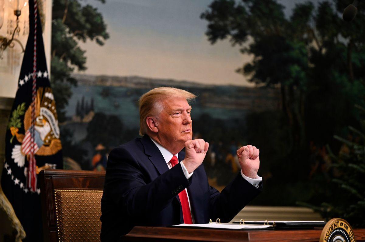 2020年11月26日,美國總統特朗普在白宮與美國軍方進行感恩節影片電話會議,並做出雙手拽拳的招牌動作。(ANDREW CABALLERO-REYNOLDS/AFP via Getty Images)