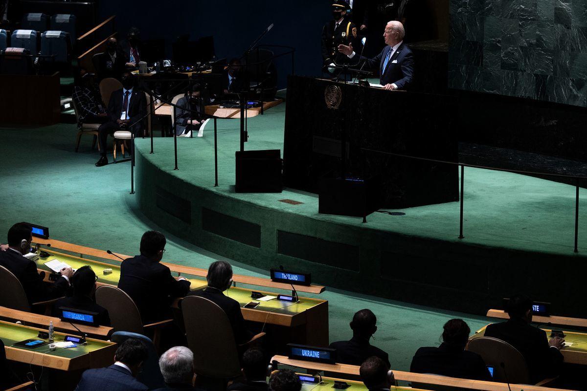 美國總統拜登、中共國家主席習近平9月21日分別在聯合國大會上演講,氣候變化成為雙方不多的交集之一,在演說中兩人都避免了相互點名的尷尬。圖為2021年9月21日,美國總統祖·拜登在紐約舉行的第76屆聯合國大會上講話。(BRENDAN SMIALOWSKI/AFP via Getty Images)