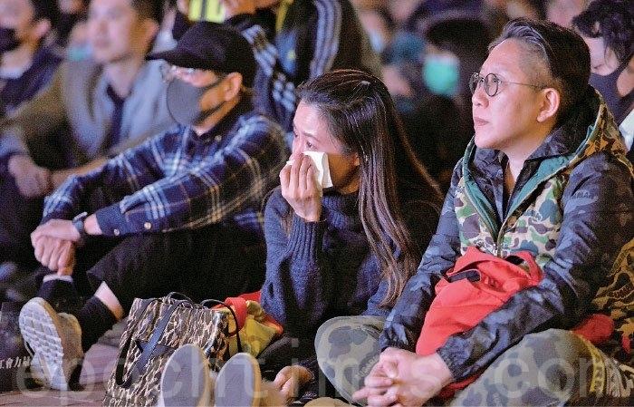 香港反修例引發的自由民主抗爭行動,持續超過6個月。圖為2019年12月11日,醫療界工會集氣大會在中環愛丁堡廣場舉行。活動中播放醫護人員在反送中運動中犧牲奉獻的影片,讓現場不少觀眾感動流淚。(宋碧龍/大紀元)