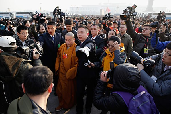 被稱為「少林CEO」、「政治和尚」的釋永信曾被少林寺弟子舉報擁有雙重戶籍、包養數名情婦、與尼僧釋延潔有私生子。圖為2013年少林寺方丈釋永信參加中共人大會議。(Lintao Zhang/Getty Images)