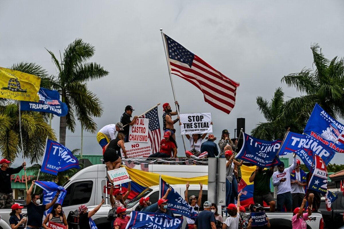 11月7日,美國總統特朗普的拉美裔支持者在南佛羅里達州舉行集會,要求公平選舉。(CHANDAN KHANNA/AFP via Getty Images)