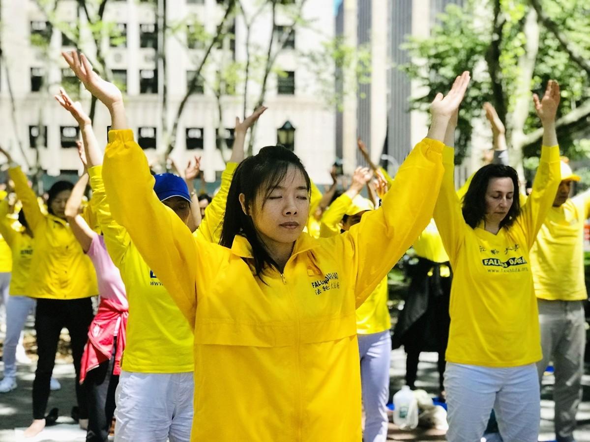今年5月,修煉法輪功不到兩年的越南留德女博士鴻在美國紐約富利廣場參加集體煉功。(張清颻/大紀元)