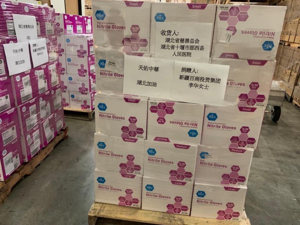 新疆商人李華採購了一百餘萬人民幣的醫療用品,準備寄往武漢,捐贈給第一線工作的醫療人員。(李華提供)