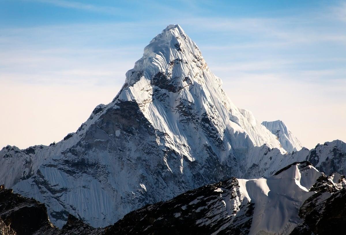 一名攀登聖母峰的挪威登山客被檢驗出罹患中共病毒。圖為聖母峰。(Shutterstock)