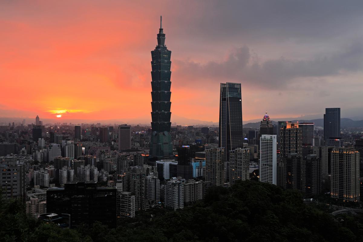 大陸網紅Simon Yu拍片稱讚台灣制度給予人民高度的自由。圖為2018年7月22日,在夕陽餘暉下的台北市信義區。(Daniel SHIH/AFP)