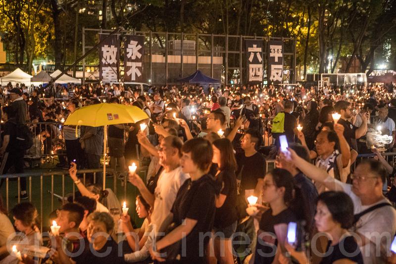 圖為2019年6月4日香港維園舉行的六四燭光悼念30周年活動,有18萬人參加。(余鋼/大紀元)
