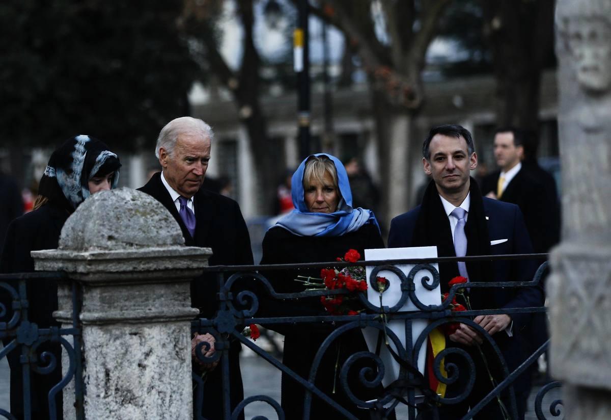 2016年1月22日,時任美國副總統的拜登(Joe Biden)(左二)與妻子吉爾及女婿克萊恩(Howard Kerin)(右一)在土耳其伊斯坦布爾。(MURAD SEZER/POOL/AFP via Getty Images)