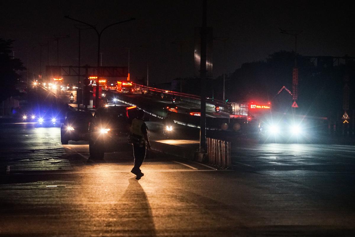 台北市民權大橋內湖端17日停電,警察在下橋指揮交通。(中央社)